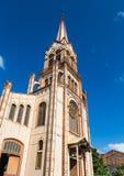 Oude Bruine Kerk en Torenspits onder Blauwe Hemel Stock Fotografie