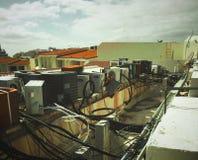 Oude buiten dienst airconditioningseenheden stock afbeeldingen