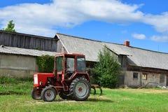 Oude buiten geparkeerde tractor royalty-vrije stock afbeelding