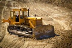 Oude bulldozer op een bouwterrein Stock Afbeeldingen
