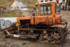 Oude bulldozer in ushguli royalty-vrije stock afbeeldingen