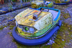 Oude bumperauto in Pripyat stock foto's