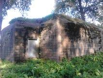 Oude bunker met gras op bovenkant Stock Foto's