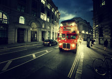 Oude bus op straat stock afbeelding