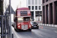 Oude bus van Londen op de straten van de stad van Frankfurt-am-Main, Duitsland Stock Afbeeldingen