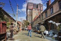 Oude buurt tegenover nieuwe hoge stijging, Dalian, China Stock Fotografie
