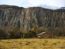 Oude cabine in de de herfstbergen stock foto's