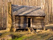Oude cabine in Rokerige Bergen Stock Fotografie