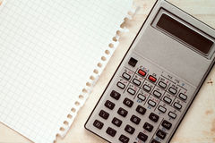 Oude calculator en leeg vierkant document Stock Afbeelding