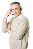 Oude call centremens die hoofdtelefoon dragen Stock Afbeelding