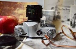Oude camera, een appel & glazen Royalty-vrije Stock Afbeeldingen