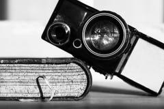 Oude camera en een boek Stock Foto's
