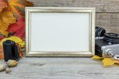 Oude camera en leeg fotokader op grijze houten achtergrond met Royalty-vrije Stock Afbeelding