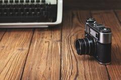 Oude camera en schrijfmachine Stock Foto