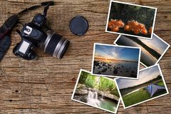 Oude camera en stapel foto's op uitstekende grunge houten achtergrond Royalty-vrije Stock Afbeelding