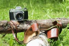 Oude camera op aard, boom Royalty-vrije Stock Afbeeldingen
