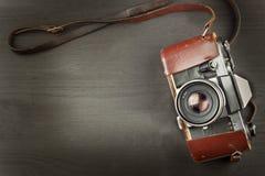 Oude camera op een zwarte houten achtergrond De camera van het verleden die voor de verkoop van de camera adverteren Voor de came Royalty-vrije Stock Fotografie