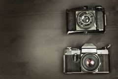 Oude camera op een zwarte houten achtergrond De camera van het verleden die voor de verkoop van de camera adverteren Voor de came Stock Foto's