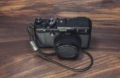 Oude camera op het hout stock fotografie