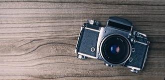 Oude camera op hout Stock Afbeeldingen