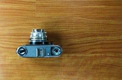 Oude camera op houten achtergrond Stock Afbeeldingen