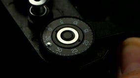 Oude cameraclose-up in langzame motie De dringende film windt knoop opnieuw op stock video