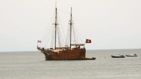 Oude caravel die door het overzees, Portugal (4K) varen stock video