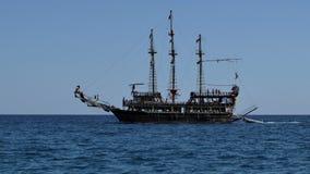 Oude carvel in Middellandse Zee stock footage