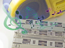 Oude cassettebanden en cassettespeler en correcte muzieknota Stock Foto