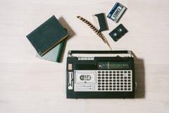 Oude cassettebandrecorder, boeken en veer Hoogste mening Royalty-vrije Stock Fotografie