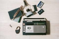 Oude cassettebandrecorder, sleutel, slot, olielamp, boeken en feath Royalty-vrije Stock Afbeelding