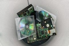 Oude cds en de schijven zijn in antraciet gekleurde document mand, gegevenshuisvuil op wit stock afbeelding