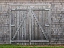 Oude cederstaldeuren stock foto