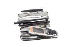 Oude cellphones en batterij stock afbeeldingen