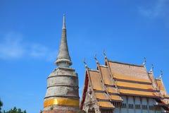 Oude cementpagode, Thaise tempelkerk, mooie hemelachtergrond, Boeddhisme, Thailand stock foto's