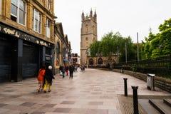 Oude centrale straten in Cardiff, Wales, het UK met lopende mensen royalty-vrije stock afbeelding