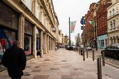 Oude centrale straten in Cardiff, Wales, het UK met lopende mensen royalty-vrije stock fotografie