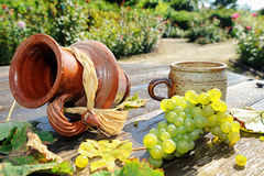 Oude ceramische kruik, mok en verse druif Royalty-vrije Stock Foto