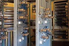 Oude ceramische zekeringen op het controlebord Stock Foto's