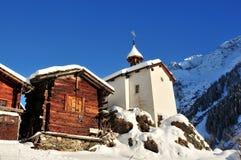 Oude chalet en kapel in dorp in switzerl stock foto