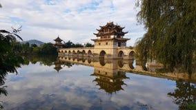 Oude Chinese brug Jianshui, Yunnan, China stock afbeelding