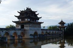 Oude Chinese brug Oude Shuanglong-Brug Zeventien overspant Brug dichtbij Jianshui, Yunnan, Chi stock afbeelding