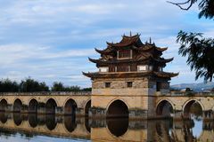 Oude Chinese brug Oude Shuanglong-Brug Zeventien overspant Brug dichtbij Jianshui, Yunnan, China stock foto's