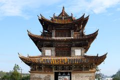 Oude Chinese brug Oude Shuanglong-Brug Zeventien overspant Brug dichtbij Jianshui, Yunnan, Kin stock foto's