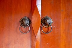 Oude Chinese deur met hoofd de deurhandvatten van de leeuw Stock Afbeeldingen