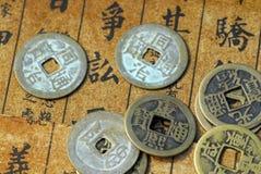 Oude Chinese muntstukken op een tekstrug Royalty-vrije Stock Afbeeldingen