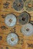 Oude Chinese muntstukken op een tekstrug royalty-vrije stock foto