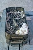 Oude chirurgische instrumenten en hulpmiddelen in metaaldoos royalty-vrije stock afbeeldingen