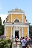 Oude christelijke kerk op de bovenkant van een heuvel in Portofino, Italië stock foto