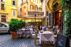 Oude comfortabele straat in Rome, Italië royalty-vrije stock foto's